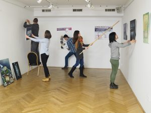 Nasi studenci sprawnie montują wystawę