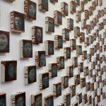 Prace wiszące naścianie galerii