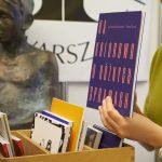 Kobieta przedstawia książkę