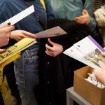 Ludzie przeglądający broszury promocyjne
