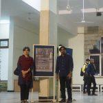 Dwie osoby przy plakacie promującym wystawę