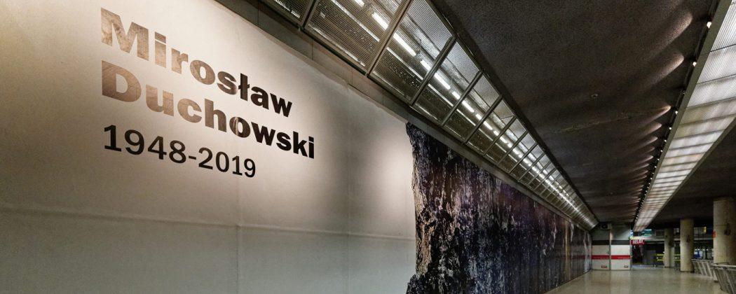 """""""Pióra"""" – wystawa Mirosława Duchowskiego w Galerii A19 w antresoli stacji Metra Marymont. Fot. ze zbiorów IBPP"""