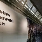 """""""Pióra"""" – wystawa Mirosława Duchowskiego wGalerii A19 wantresoli stacji Metra Marymont. Fot.zezbiorów IBPP"""