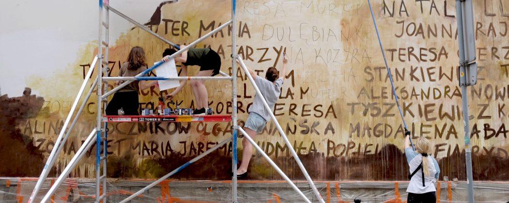 Artystki przy realizacji muralu
